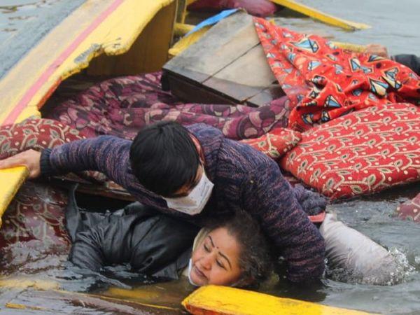 नाव में सवार भाजपा कार्यकर्ता और पत्रकारों को स्थानीय लोगों ने बचाया। - Dainik Bhaskar