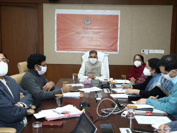 स्कूल शिक्षा मंत्री इंदर सिंह परमार ने अधिकारियों के साथ बैठक की। - Dainik Bhaskar