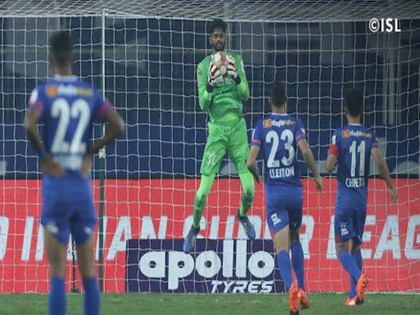 इंडियन सुपर लीग (ISL) के रविवार रात को खेले गए मैच में बेंगलुरु FC के कप्तान सुनील छेत्री के पेनाल्टी शॉट को केरला ब्लास्टर्स के गोलकीपर अल्बिनो गोम्स ने रोक लिया। - Dainik Bhaskar