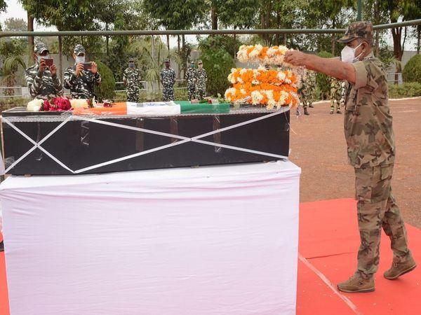 छत्तीसगढ़ पुलिस के डीजीपी डीएम अवस्थी ने भी शहीद को सलामी दी।