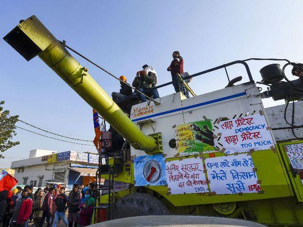 सिंघु बॉर्डर पर प्रदर्शन कर रहे किसान अपने साथ खेती के उपकरण भी साथ लाए हैं। यहां हार्वेस्टर पर किसानों ने अपनी मांगों के समर्थन में पोस्टर लगाए।