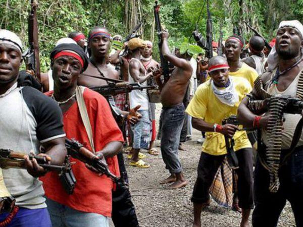 फोटो नाइजीरिया के एक लोकल क्रिमिनल ग्रुप की है। ऐसे ग्रुप अक्सर वहां रहने वाले दूसरे देशों के लोगों को फिरौती के लिए अगवा करते हैं।- फाइल फोटो - Dainik Bhaskar