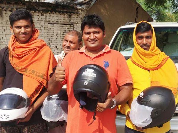 राघवेंद्र अब तक देशभर में 48 हजार से भी ज्यादा हेलमेट बांट चुके हैं।