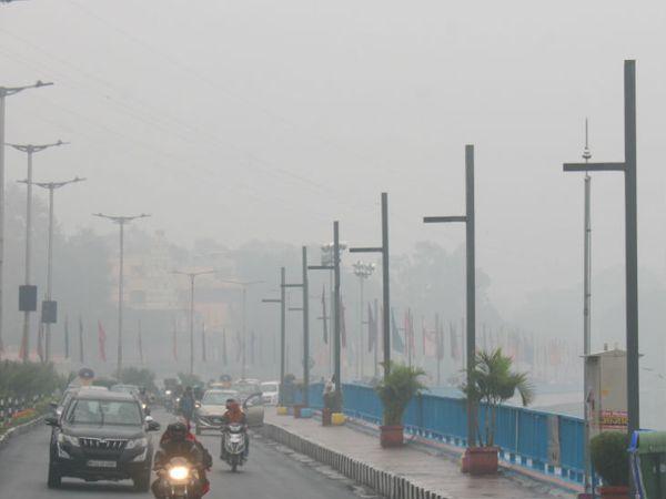 भोपाल में सोमवार को दिनभर कोहरा छाया रहा। इस कारण दिन में भी शाम जैसा अंधेरा रहा।