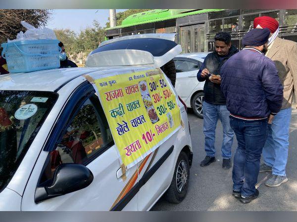 अभी करण और अमृता के यहां करीब 100 लोग रोज खाने के लिए आते हैं। दो-तीन घंटे में उनका सारा सामान बिक जाता है।