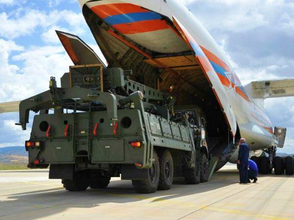 रूस के एक एयरबेस पर आर्मी ट्रक में एस-400 एयर डिफेंस मिसाइल सिस्टम ले जाते सैनिक। यही सिस्टम भारत ने भी रूस से खरीदा है। पहली खेप अगले साल मिलेगी। (फाइल) - Dainik Bhaskar