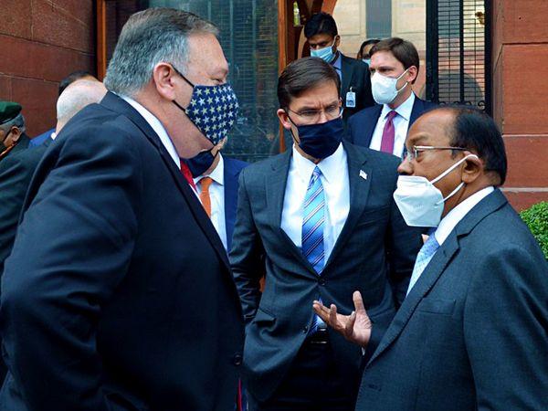 यह फोटो 27 अक्टूबर की है। तब अमेरिकी विदेश मंत्री माइक पोम्पियो भारत दौरे पर आए थे। साउथ ब्लॉक में उन्होंने एनएसए अजीत डोभाल से मुलाकात की थी। मीटिंग के बाद डोभाल और पोम्पियो ने बाहर भी कुछ देर तक बातचीत की थी। - Dainik Bhaskar