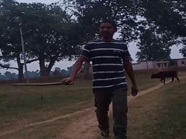 तस्वीर आरोपी विशाल की है। इसी तरह गांव में हथियार लेकर वो दहशत फैलाता घूमता रहा। - Dainik Bhaskar