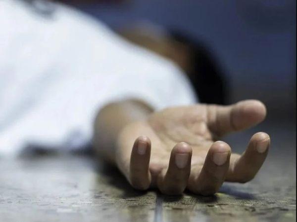 कमरे की अंदर से कुंडी लगी हुई थी, इसलिए पुलिस को बाथरूम की खिड़की से अंदर घुसना पड़ा। - Dainik Bhaskar