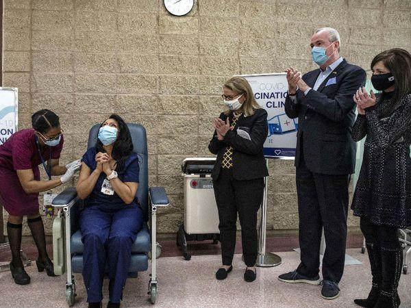 यह तस्वीर अमेरिका के न्यू जर्सी की है। यहां एक नर्स को फाइजर की वैक्सीन लगाई गई। यह वैक्सीन ब्रिटेन, कनाडा और अमेरिका के हजारों लोगों को लगाई जा चुकी है। - Dainik Bhaskar
