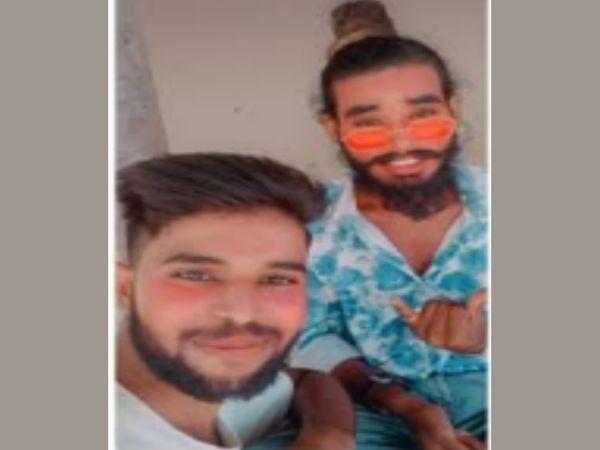 चश्मा पहने समीर और साथ में दोस्त राजा ने फंदा लगाकर आत्महत्या की है। दोनों का जीवित अवस्था का फोटो। - Dainik Bhaskar