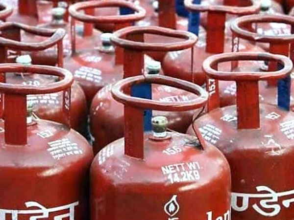 ऑयल मार्केटिंग कंपनियों ने 1 दिसंबर को भी 19 किलोग्राम वाले कमर्शियल गैस सिलेंडर की कीमतों में बढ़ोतरी की थी - Dainik Bhaskar