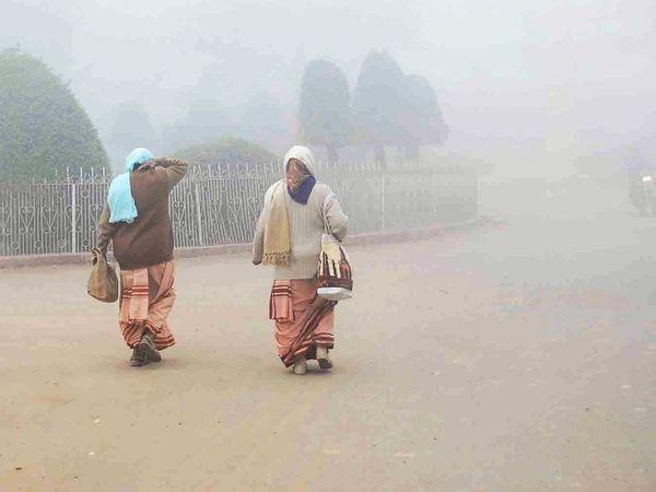 काशी के घाटों और सड़कों पर कोहरा देखने को मिला। - Dainik Bhaskar