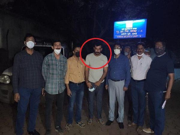 उत्तराखंड पुलिस और मुंबई क्राइम ब्रांच के संयुक्त ऑपरेशन में आरोपी को अंधेरी वेस्ट इलाके से पकड़ा गया। (लाल घेरे में आरोपी) - Dainik Bhaskar
