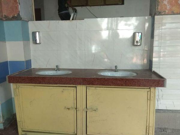 भीड़ न हो इसलिए भोपाल के सरकारी स्कूलों में पीने के पानी की व्यवस्था पर भी ध्यान दिया गया।