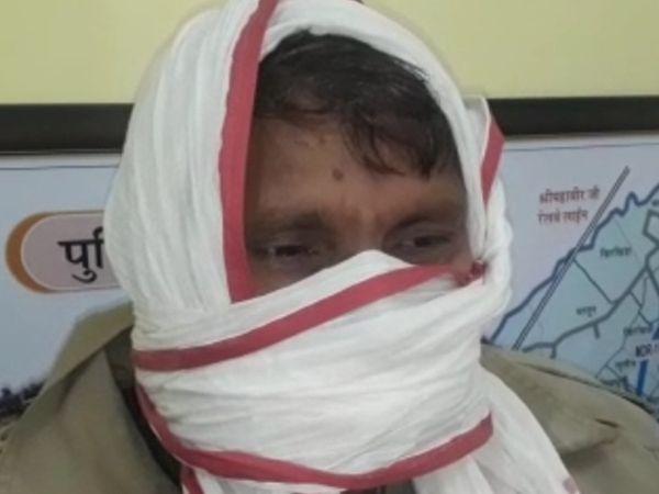 पुलिस गिरफ्त में हैड कांस्टेबल बच्चू सिंह। - Dainik Bhaskar