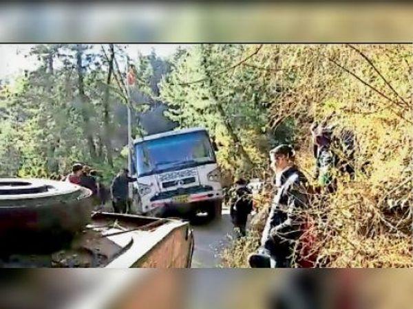 बस को बाहर निकालने के लिए क्रेन मंगवानी पड़ी, सभी यात्री सुरक्षित हैं। - Dainik Bhaskar