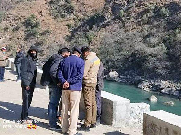 मंडी में ब्यास नदी के किनारे पुलिस और रेस्क्यू टीम के लोग नदी में बहे युवक की तलाश के लिए पहुंचे - Dainik Bhaskar
