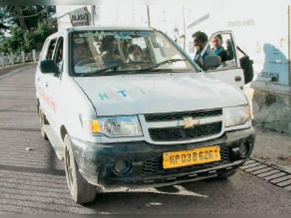 रिज के पास टैक्सी में जगह पाने के लिए जद्दोजहद करनी पड़ रही है। - Dainik Bhaskar