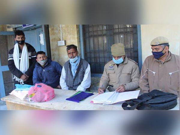 चम्बा में बुजुर्ग की लाश का पोस्टमॉर्टम करवाए जाने के दौरान मोर्चरी के बाहर मौजूद परिजन और पुलिस टीम। - Dainik Bhaskar