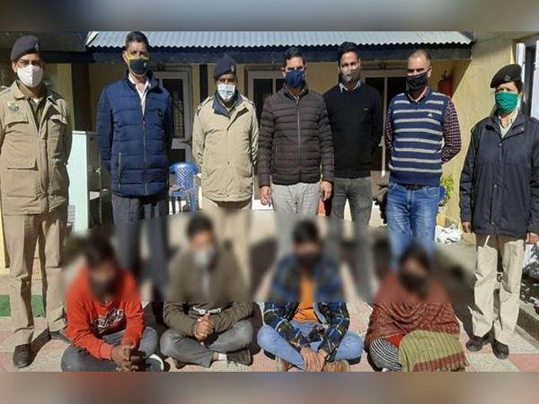 हमीरपुर पुलिस की गिरफ्त में हेरोइन के साथ पकड़े गए तस्करी के 4 आरोपी। इनमें एक महिला भी शामिल है। - Dainik Bhaskar