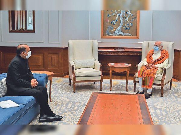 नई दिल्ली में पीएम मोदी से मिलकर बात करते सीएम जयराम। - Dainik Bhaskar