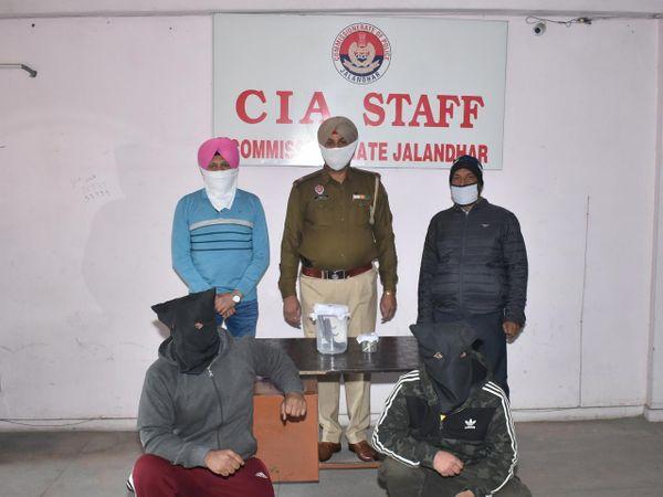 जालंधर पुलिस कमिश्नरेट के CIA STAFF की तरफ से पकड़े गए आरोपी व उनके साथ पुलिस टीम। - Dainik Bhaskar