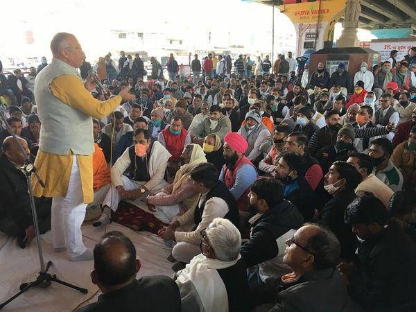पानीपत में असंध मोड़ पर फ्लाइओवर के नीचे लोगों को संबोधित करते सांसद संजय भाटिया। - Dainik Bhaskar
