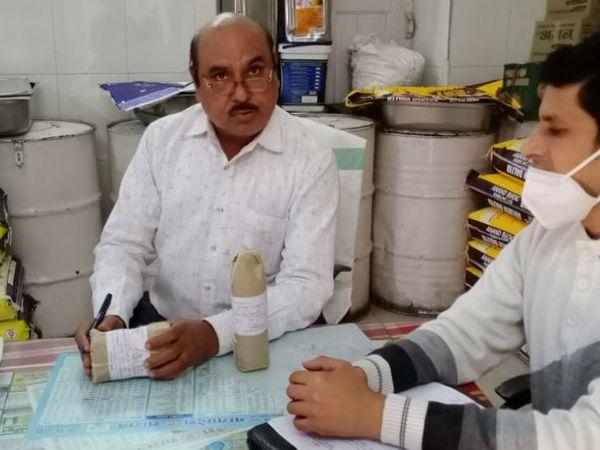 उज्जैन जिला अस्पताल में खाद्य पदार्थों के नमूने लेते फूड इंस्पेक्टर। - Dainik Bhaskar