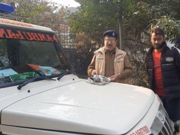 बुजुर्ग की मौत के बाद उसकी लाश पोस्टमार्टम के लिए ले जाने की प्रक्रिया में पुलिस। - Dainik Bhaskar