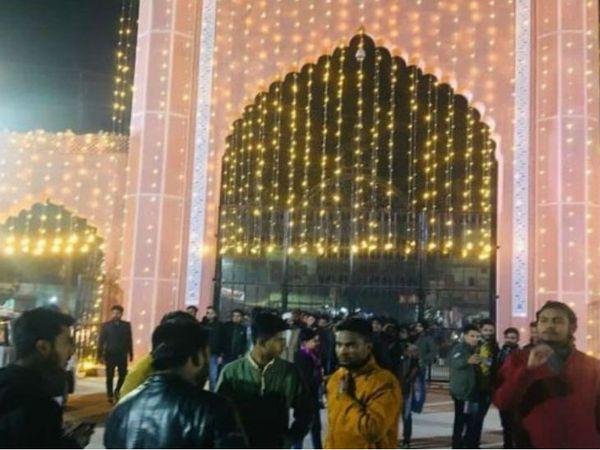100 साल पूरे होने पर अलीगढ़ मुस्लिम यूनिवर्सिटी को डेकोरेट किया गया है।