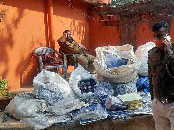 सामान जब्त कर आबकारी विभाग के कार्यालय लाया गया। - Dainik Bhaskar