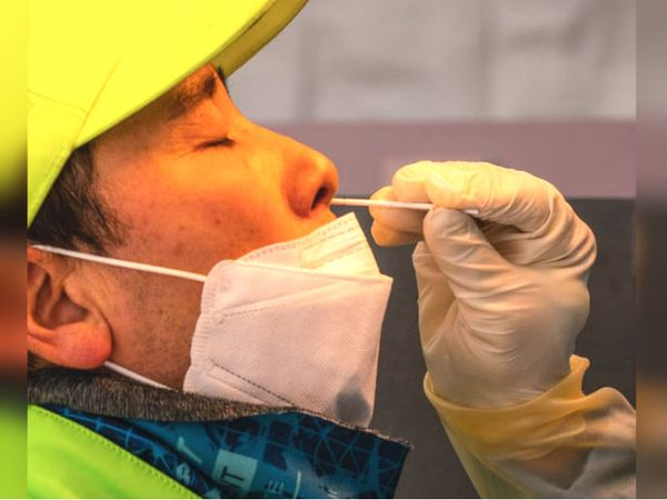 साउथ कोरिया में लोग कोरोना गाइडलाइन का कड़ाई से पालन कर रहे हैं। सियोल में स्वैब सैंपल लिए जाने के दौरान एक व्यक्ति मुंह पर मास्क लगाए हुए था।