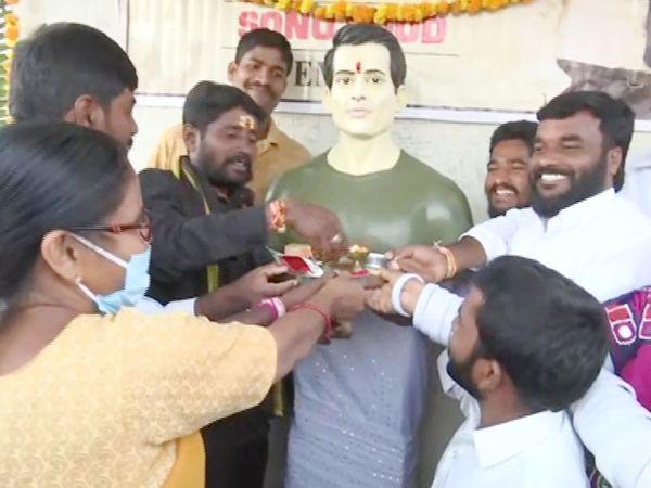तेलंगाना के गांव डुब्बा टांडा में रविवार को सोनू सूद के मंदिर का लोकार्पण किया गया। - Dainik Bhaskar