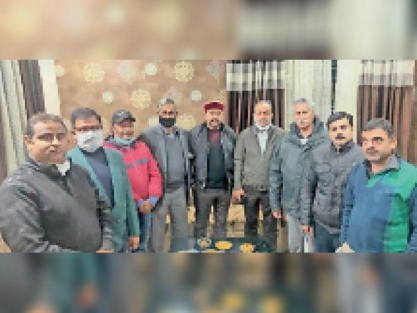 कॉलोनी के समूह अलॉटियों के साथ विधायक राजिंदर बेरी। - Dainik Bhaskar