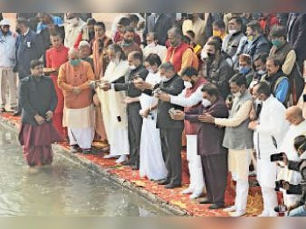 कुरुक्षेत्र| अंतरराष्ट्रीय गीता महोत्सव के मुख्य कार्यक्रमों का पूजन कर शुभारंभ करते हिमाचल प्रदेश के सीएम जयराम ठाकुर, शिक्षा मंत्री कंवरपाल व गीता मनीषी स्वामी ज्ञानानंद व अन्य। - Dainik Bhaskar
