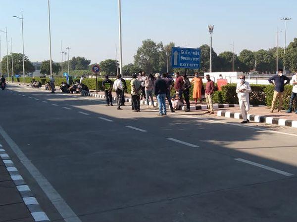कई पैसेंजर्स के परिचित भी घंटों तक एयरपोर्ट के बाहर उनका इंतजार करते नजर आए। - Dainik Bhaskar