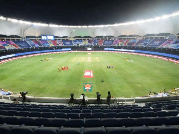 IPL 2020 मैच में खाली पड़ा दुबई स्टेडियम।