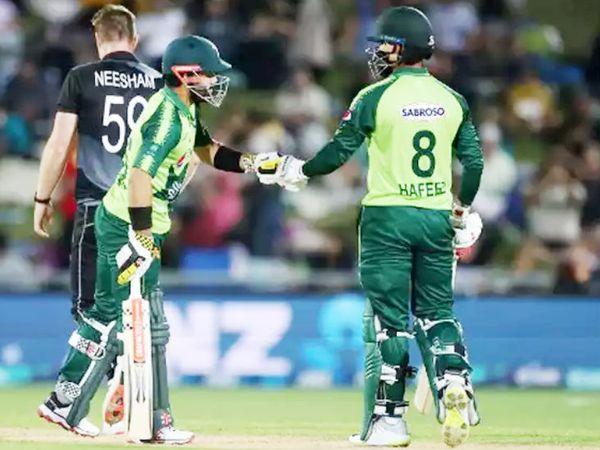 न्यूजीलैंड के खिलाफ आखिरी टी-20 मैच में पाकिस्तान के बल्लेबाज मोहम्मद हफीज और रिजवान के बीच 72  रन की पार्टनशिप हुई। सीरीज की आखिरी मैच को पाकिस्तान ने जीत लिया। - Dainik Bhaskar
