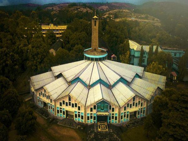 जशपुर का यह चर्च अपने आकार को लेकर दुनिया भर में प्रसिद्ध है। यहां क्रिसमस पर बड़ा आयोजन होता है। - Dainik Bhaskar