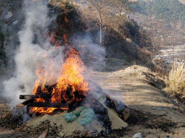 कुल्लू जिले के बाशिंग थाना परिसर में जलता नशे का सामान, जिसकी अब केस ट्रायल में जरूरत नहीं थी। - Dainik Bhaskar