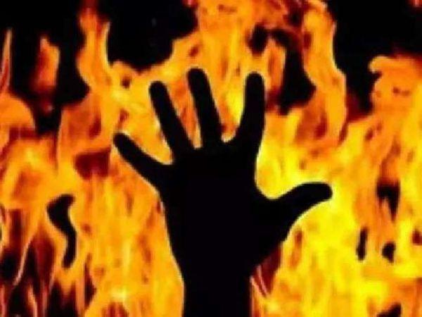 आग की लपटों में घिरे व्यक्ति की प्रतीकात्मक तस्वीर। हाल ही में हिमाचल प्रदेश के धर्मशाला से एक व्यक्ति के द्वारा आत्महत्या की कोशिश में आग लगा लिए जाने का मामला सामने आया है। - Dainik Bhaskar