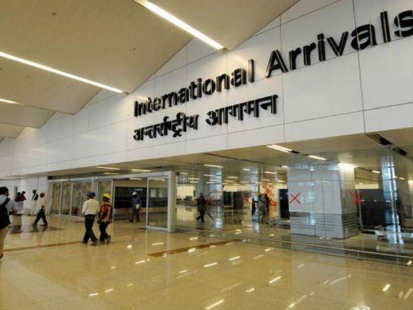सरकार ने ब्रिटेन से आए सभी यात्रियों के लिए कोरोना टेस्ट जरूरी कर दिया है। ऐसे में मुसाफिरों को टेस्ट रिपोर्ट के लिए एयरपोर्ट पर ही रुकना पड़ा। - फाइल फोटो - Dainik Bhaskar