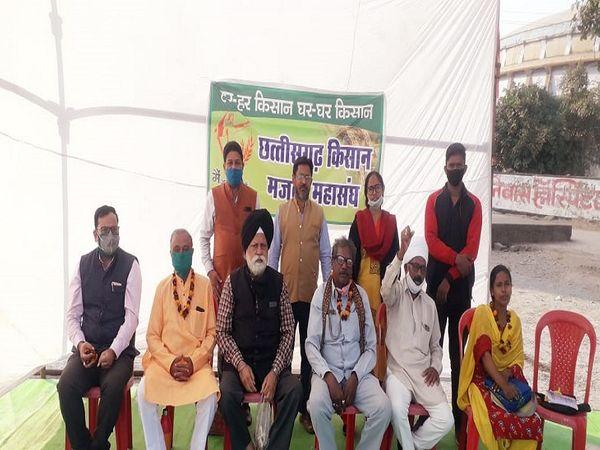 रायपुर के धरना स्थल पर किसान मजदूर महासंघ 14 दिसम्बर से क्रमिक अनशन कर रहा है।