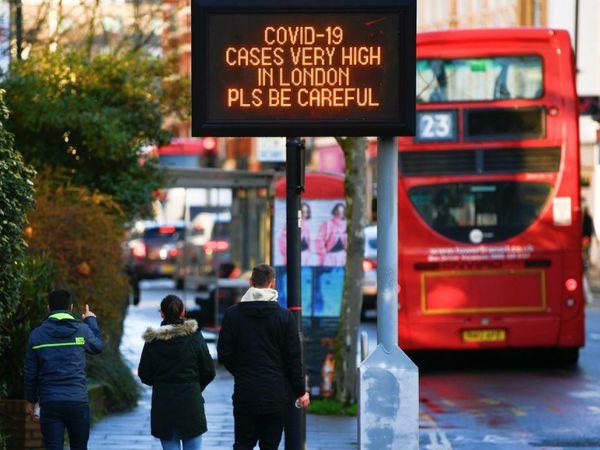 मंगलवार को लंदन की एक सड़क से गुजरते लोग। ब्रिटेन में कोरोना का एक और नया वैरिएंट मिला है। दावा है कि यह पिछले वैरिएंट की तुलना में 70% ज्यादा तेजी से फैलता है। - Dainik Bhaskar