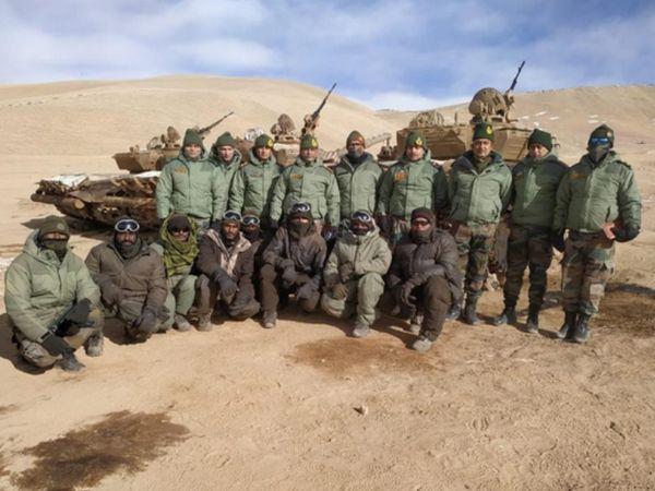 पूर्वी लद्दाख में भारतीय सेना के जवानों के साथ आर्मी चीफ एमएम नरवणे। - Dainik Bhaskar