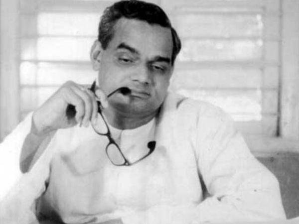 अटलजी ने अपने जीवन में कई मशहूर कविताएं लिखीं। जिनमें से एक ये भी है- हार नहीं मानूंगा, रार नई ठानूंगा, काल के कपाल पे लिखता मिटाता हूं, गीत नया गाता हूं।