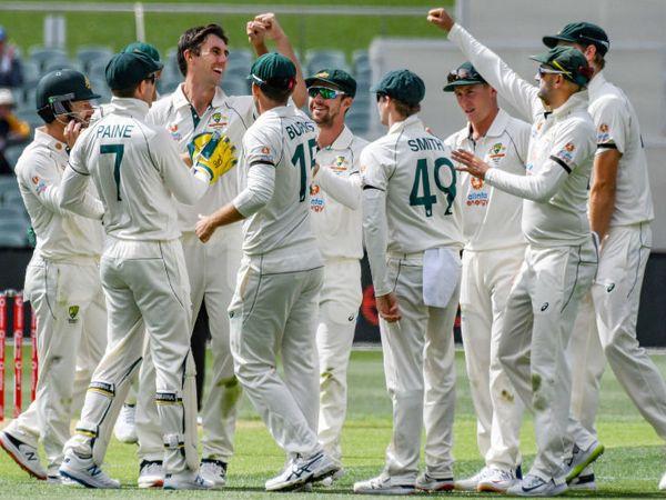ऑस्ट्रेलियाई टीम ने भारत को 4 टेस्ट की सीरीज के पहले मैच में 8 विकेट से शिकस्त दी। जीत के बाद खिलाड़ी जश्न मनाते हुए। - Dainik Bhaskar