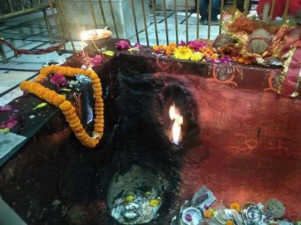 हिमाचल प्रदेश के शक्तिपीठ माता ज्वालामुखी मंदिर के गर्भ गृह के दर्शन। -फाइल फोटो - Dainik Bhaskar