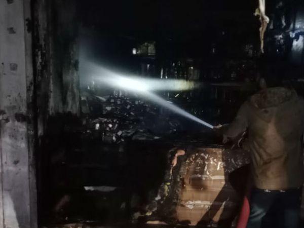 फायर कर्मियों को आग बुझाने के लिए दुकान का शटर तोड़ना पड़ा।